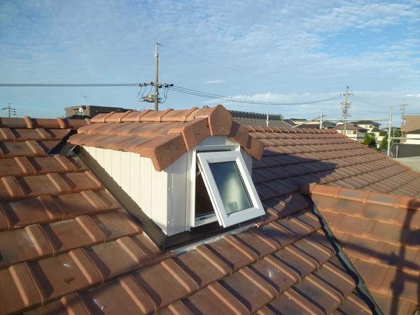屋根に窓を付けました。